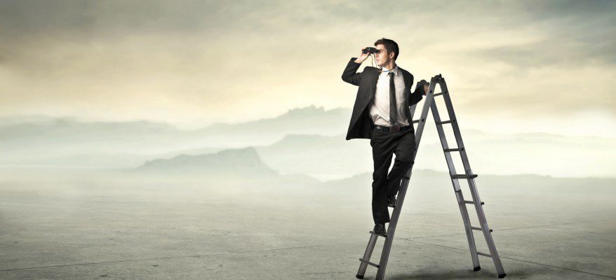 Otimização de sites - Homen com binoculos